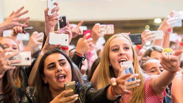Tientallen meisjes gillen voor boyband B-Brave