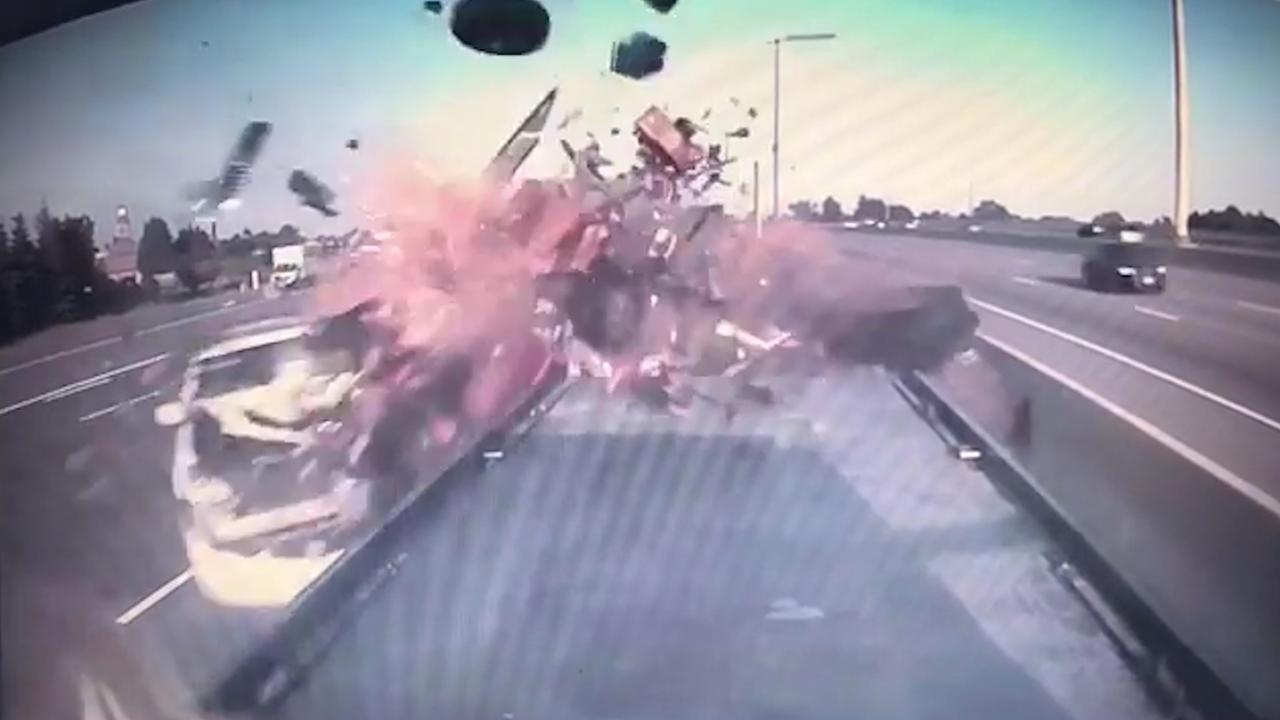 Brokstukken vliegen in het rond na hevige autocrash in Toronto