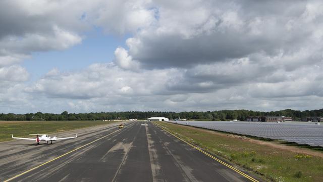 Helft van zonnepanelen bij Groningen Airport Eelde geïnstalleerd