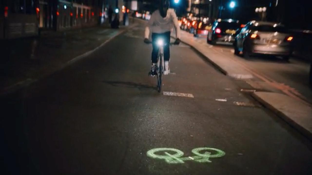 Fietslamp projecteert pictorgram van fietspad op weg