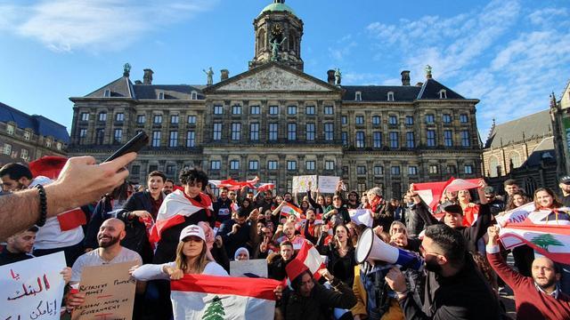 Honderden demonstranten op de Dam protesteren tegen Libanees regime
