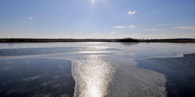 Man in zorgelijke toestand na zakken door ijs in Hank