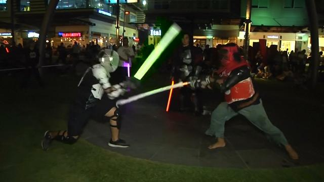 Star Wars-fans duelleren met lichtsabels tijdens Earth Hour
