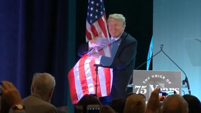 Trump geeft dikke knuffel aan vlag tijdens viering in VS