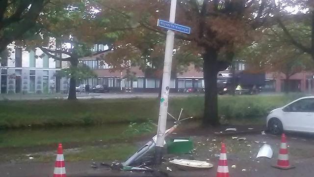 Dronken autobestuurder ramt lantaarnpaal en loopt weg
