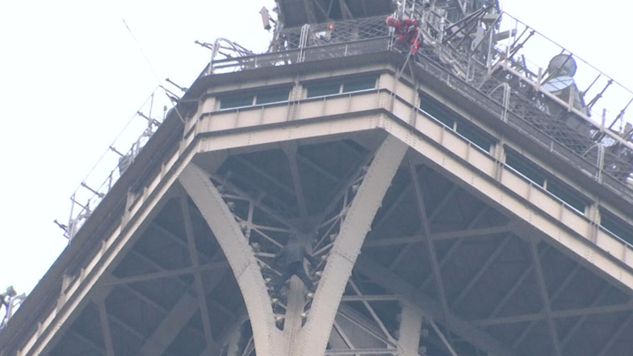 Eiffeltoren ontruimd vanwege klimmende man op grote hoogte