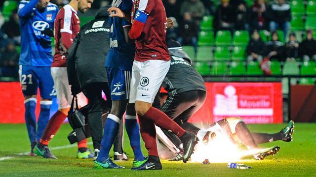 Doelman Lyon getroffen door vuurwerk tijdens uitduel met Metz