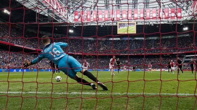 Ajax blijft koploper dankzij late gelijkmaker tegen FC Utrecht