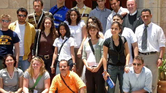 El Madkouri (onderste rij met oranje shirt) moest voor Forum onder meer voor oud-minister Maxim Verhagen (Buitenlandse Zaken) tijdens diens bezoek aan Israël en Palestina, een programma opzetten waarbij een gemixte groep jongeren hem vergezelde.