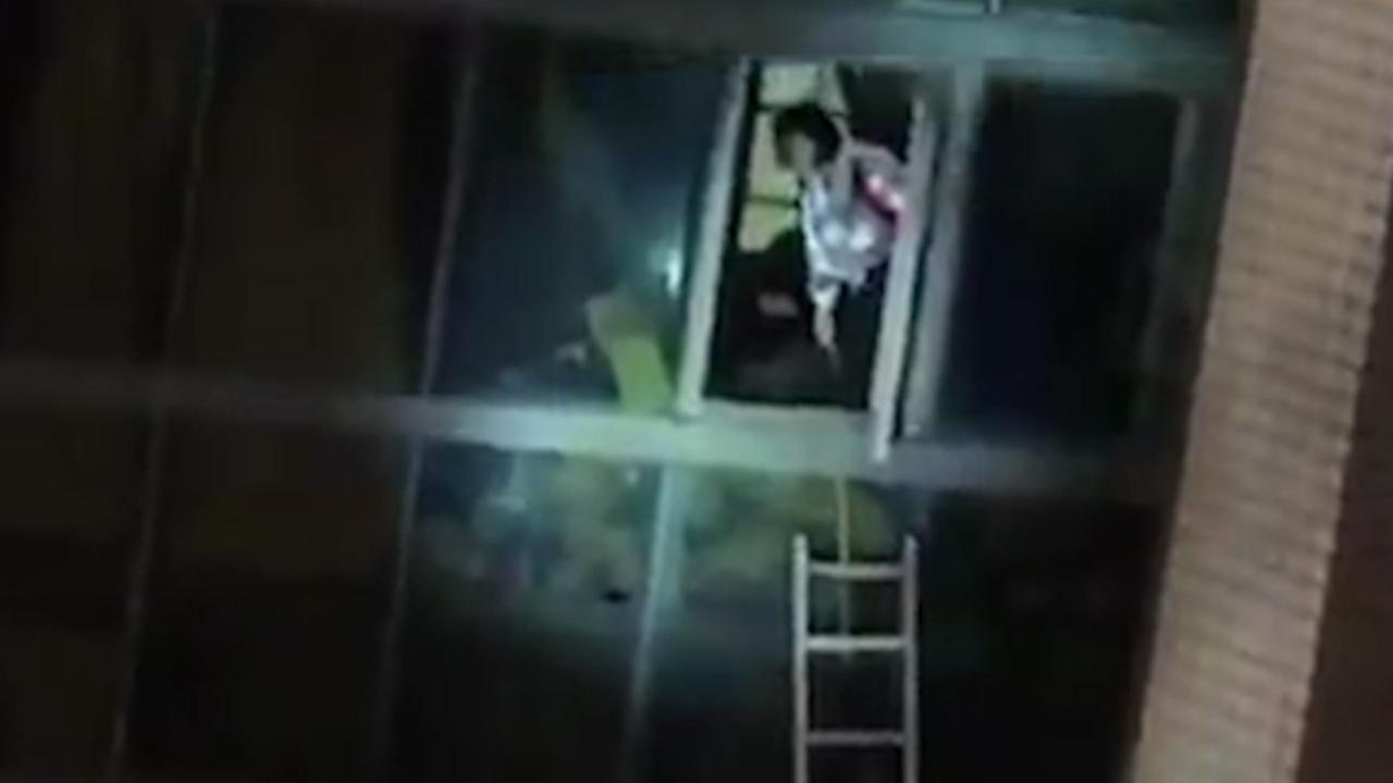 Brandweer Taiwan redt mensen met ladders uit hotel na aardbeving