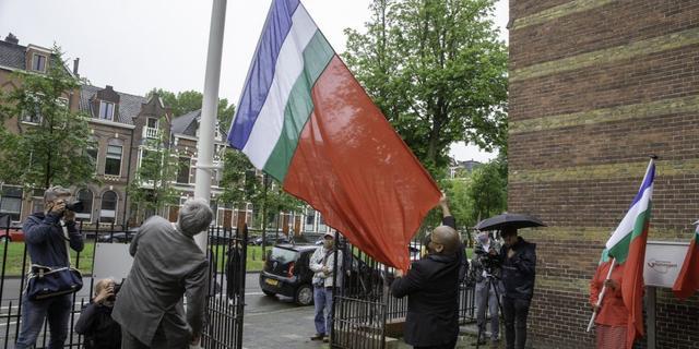 Burgemeester van Groningen hijst Molukse vlag bij gemeentehuis