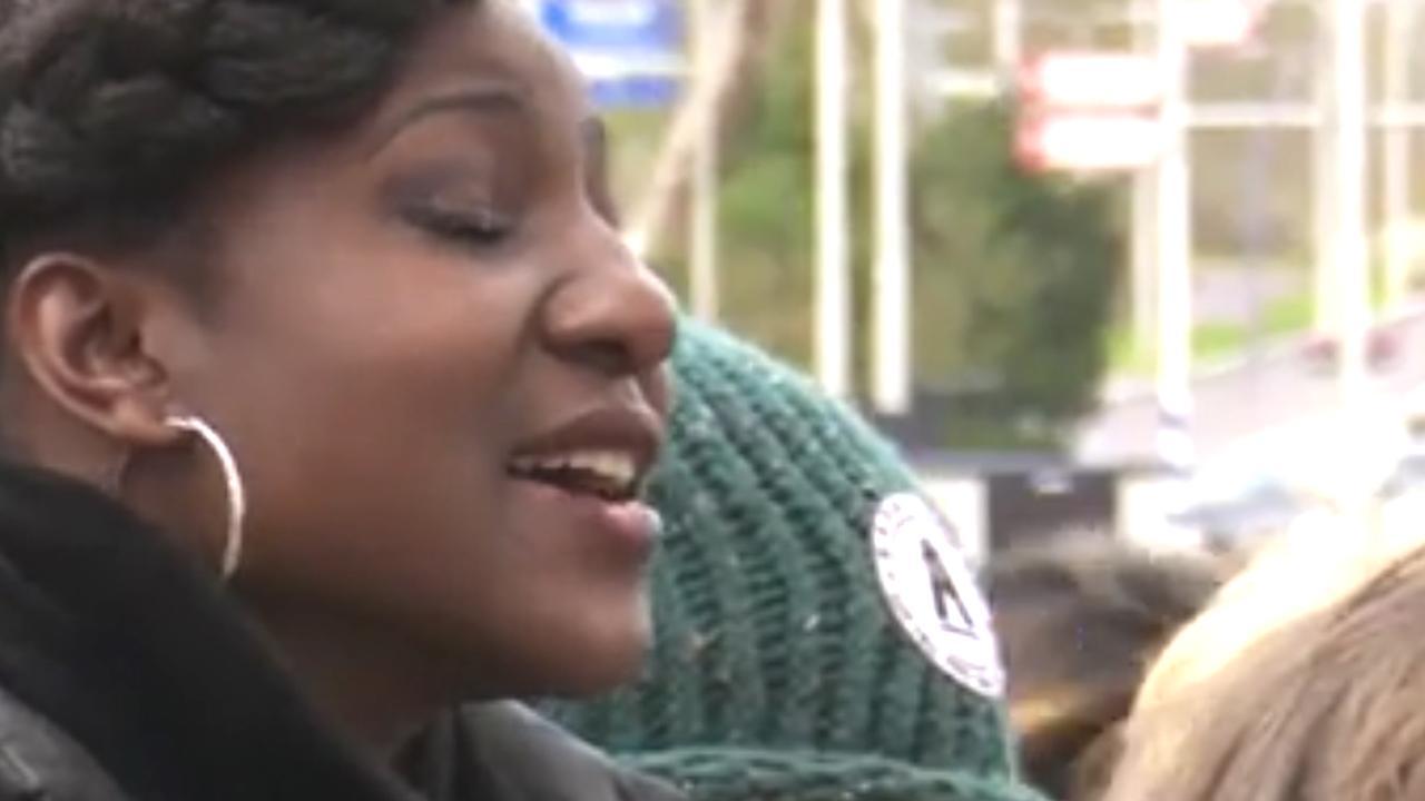 Zangeres zingt Amazing Grace tijdens herdenking Utrecht