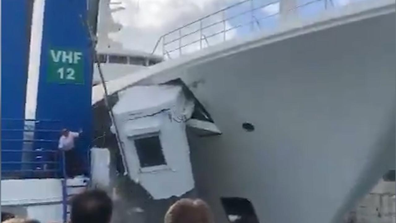 Luxejacht botst tegen openstaande brug op Sint-Maarten
