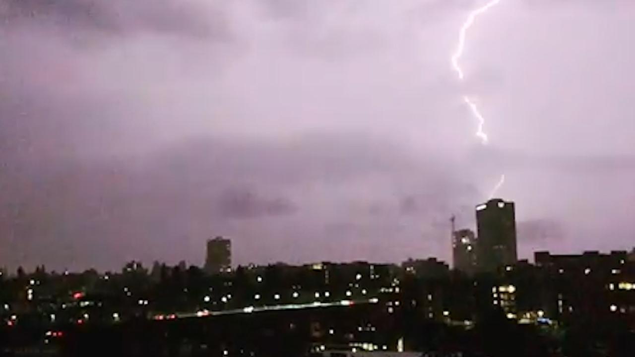Bliksem verlicht hemel boven Seattle