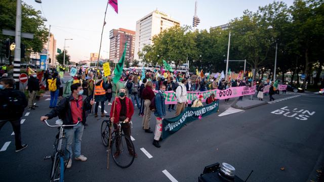 Politie voert 320 klimaatactivisten af vanwege blokkade in Amsterdam