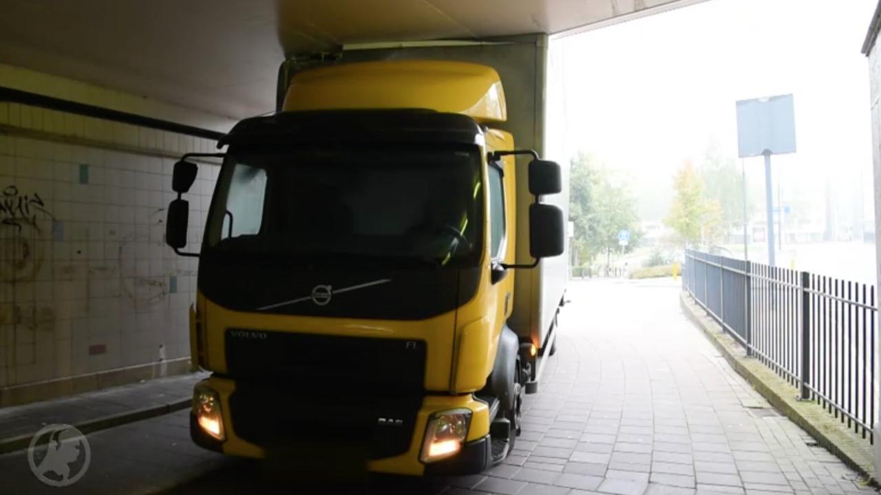 Chauffeur rijdt vrachtwagen klem onder fietstunnel in Eindhoven