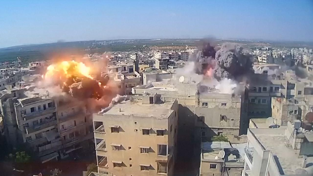 Bewakingscamera filmt bombardement op Syrische stad Ariha
