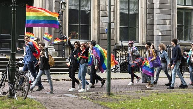 Ongeveer 15.000 mensen lopen mee met Pride Walk in Amsterdam