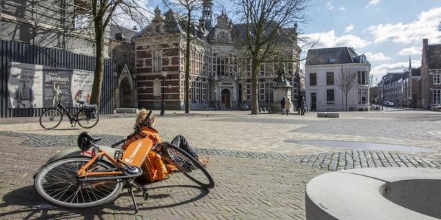Lege terrassen en rustige winkelstraten in Utrecht door coronavirus