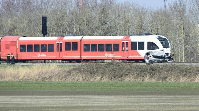 Twee doden na botsing auto en trein op overgang Harlingen