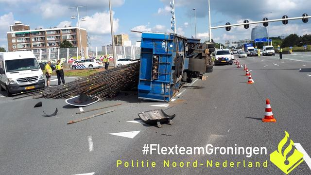 Vrachtwagen verliest 25 ton ijzer op Julianaplein, enorme ravage