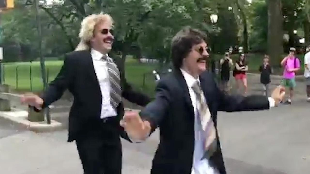 Vermomde Justin Bieber gaat dansend door Central Park