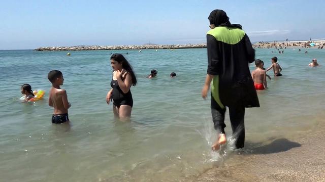 Franse politie beboet badgasten met boerkini in Cannes