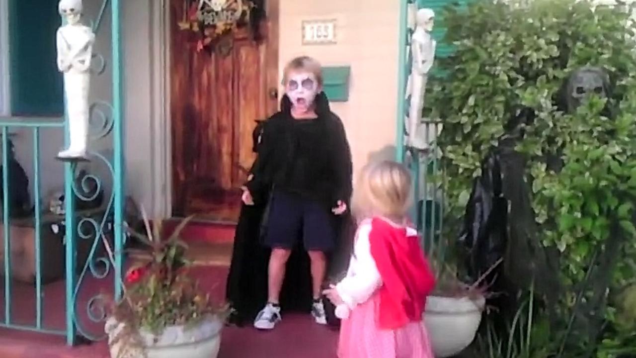Hallo Halloween Decoraties : Geweldig meisje komt in actie als broer schikt van halloween