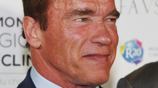 Arnold Schwarzenegger achtervolgd door olifant in reservaat