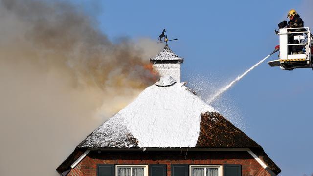 Verzekeraar adviseert houtkachels in woningen met rieten dak niet te gebruiken