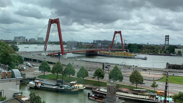 Schip botst tegen brug in Rotterdam en verliest containers