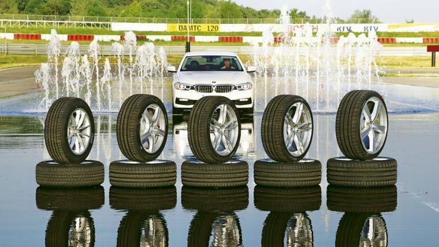 De BMW 5-serie werd op het circuit getest met verschillende maten banden en wielen.