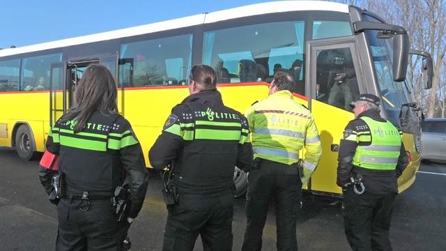 Politie stopt bus tegenstanders Zwarte Piet in Alkmaar