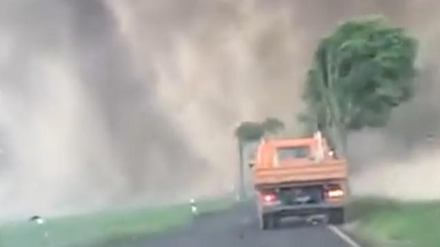 Tornado raast langs Limburgse grens; straten staan blank