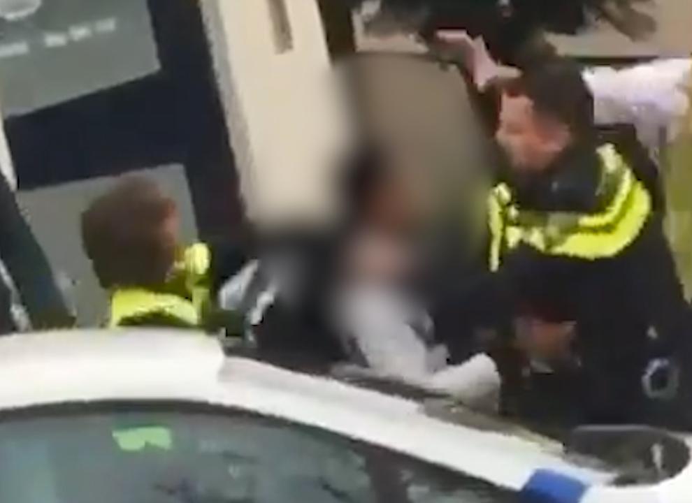 Verdachte in Almelo pakt tijdens worsteling wapen van agent af