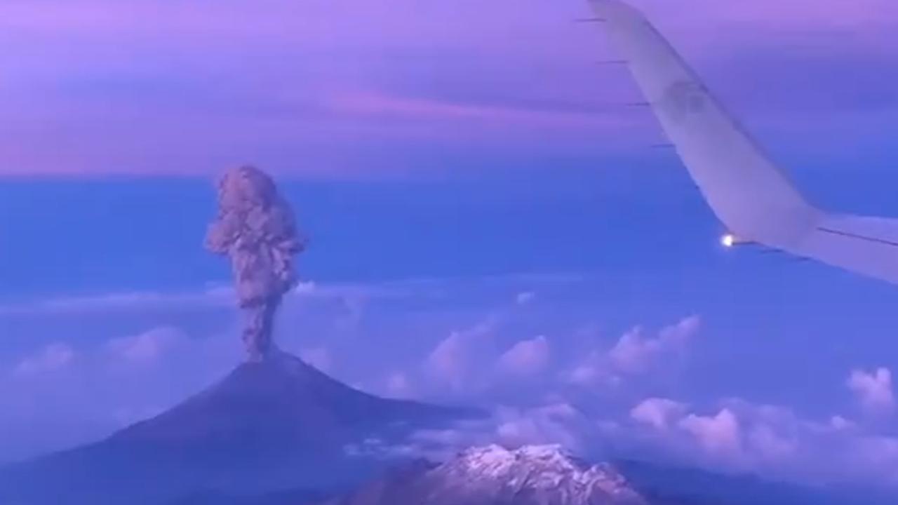 Vliegtuigpassagier filmt rokende Popocatépetl vanuit de lucht