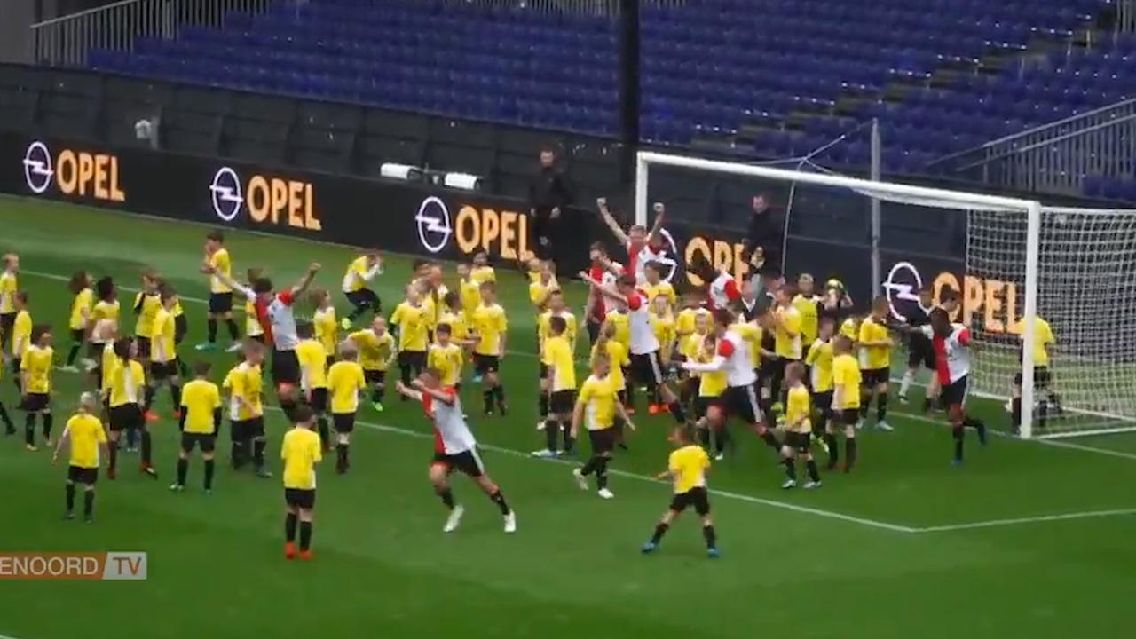 Elftal van Feyenoord neemt het in De Kuip op tegen 120 kinderen