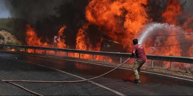 Natuurbranden rukken op naar Athene, Turkse branden naar energiecentrale