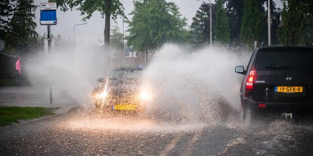 Hevige regenbuien leiden tot wateroverlast in Nederlandse plaatsen