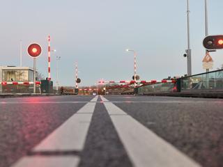Er is momenteel dag en nacht een monteur aanwezig bij de brug