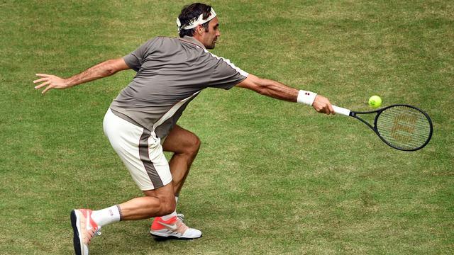 Federer begint grasseizoen met zege in Halle, Sharapova wint bij rentree