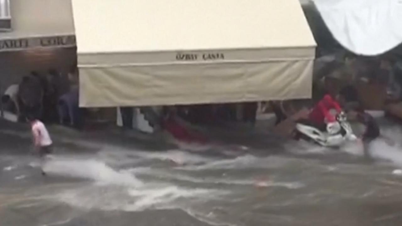 Markt in Istanbul loopt onder door plotselinge storm
