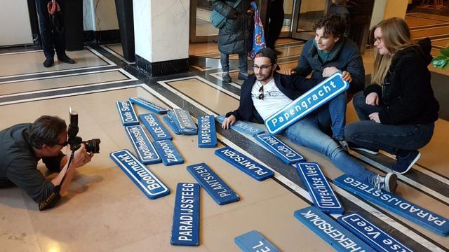 Eerste vijftig Leidse straatnaamborden uitgedeeld