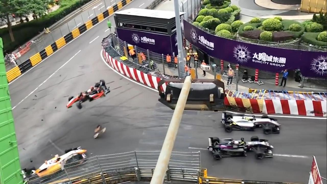 Formule 3-coureur vliegt door lucht bij crash in Macau