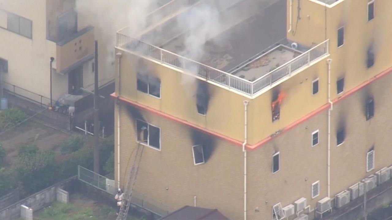 Vlammen slaan uit animatiestudio in Kyoto na brandstichting