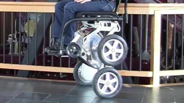 Slimme rolstoel met vier gemotoriseerde wielen nieuw leven in geblazen