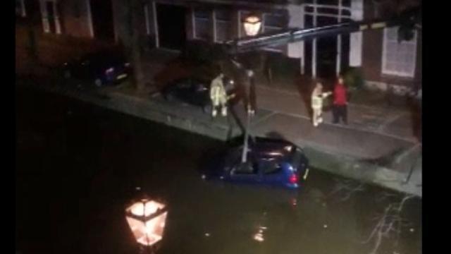 Auto uit het water in Centrum getakeld