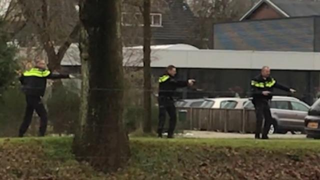 Politie houdt verdachten van overval juwelier onder schot in Ommen