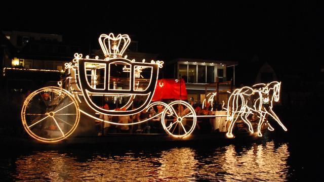 Minigondelvaart met versierde bootjes over de Rijn in Alphen