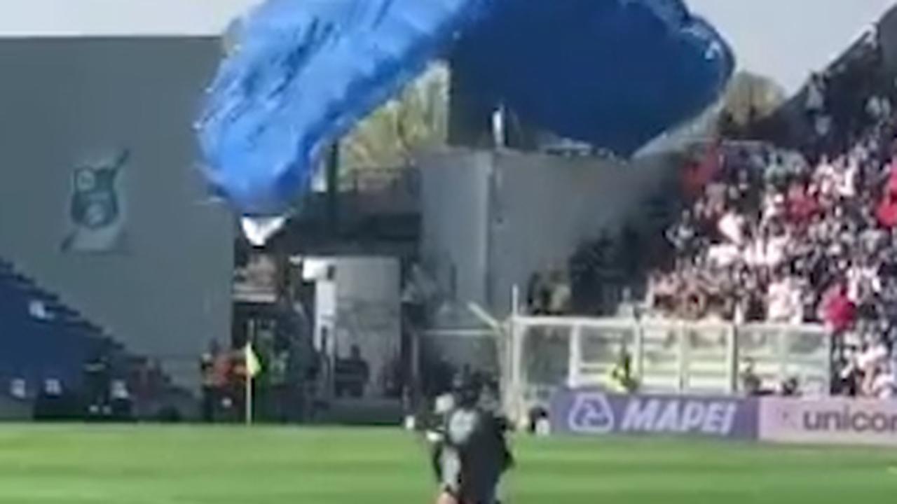 Parachutist landt op veld tijdens Sassuolo-Internazionale